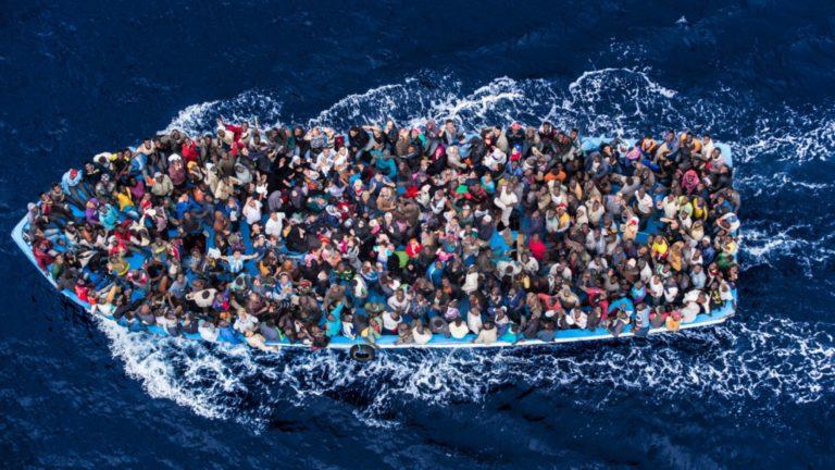 un bateau chargé de migrants africains
