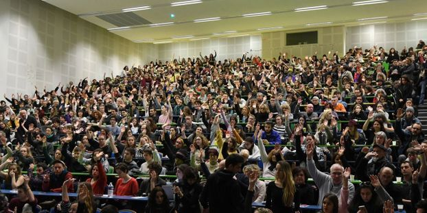 Des étudiants d'extrême gauche, de l'unef et du npa, votent en assemblée gé,érale le maintient des blocages de l'université